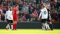 Стивън Джерард получи червен картон броени секунди, след като влезе в игра за Ливърпул