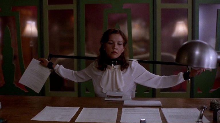 """Той е нейният шеф, а тя неговата секретарка. Двамата развиват странна връзка на любов и привързаност, в която тя му е подчинена, а той обича да я наказва по всякакви начини за неизпълнените й задължения. """"Секретарката"""" поставя Спейдър и Джиленхол в центъра на всевиждащото око на Холивуд, защото двамата имат страхотна химия на екран, а на нея носи първа номинация за """"Златен глобус"""". Самият филм пък печели наградата на журито на фестивала Сънданс."""