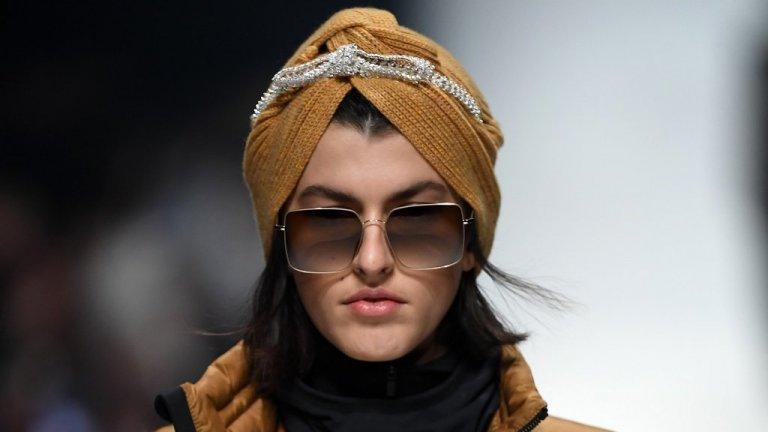 А шапка с модел като този на снимката може смело да се използва към по-спортен аутфит, така и с дълго палто в същия цвят. Освен това не би била проблемна нито за грима, нито за по-деликатни обеци.