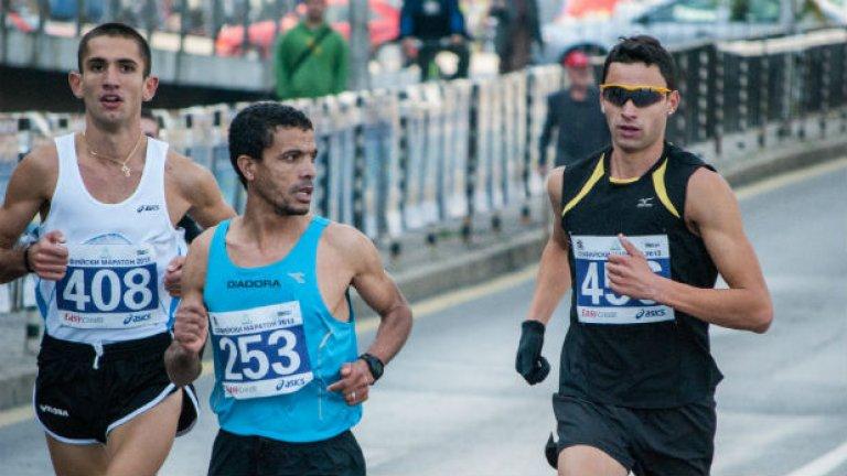 Тримата призьори на 18 км.: мароканецът Ахмед Насеф (с.), Иван Попов (л.) и Митко Ценов (д.)