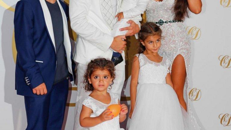 Сеск и Даниела имат три деца, а тя има две и от предишния си брак. Вижте в галерията част от звездите, които присъстваха на партито в Ибиса.