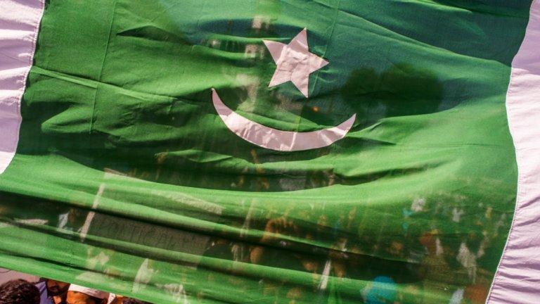 Какъв е отговорът на правителството (и на опозицията) Демонстрациите бяха подкрепени от опозиционни партии като Пакистанската мюсюлманска лига на бившия премиер Наваз Шариф и Пакистанската народна партия на бившия президент Асиф Зарадри. Националистическите и светските партии също подкрепиха протеста. Правителството засили охраната на столицата, разполагайки там сили от отдела за борба с безредиците към полицията.