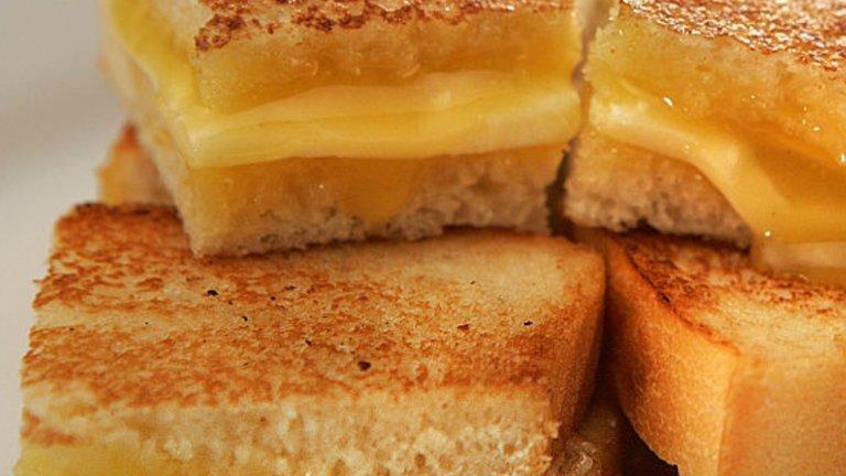 Екзотичният сингапурски Кайя-тост е сладкия сандвич с паста от кокос, яйчен жълтък и тръстикова захар. Перфектен е за десерт или закуска.