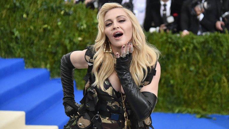 МадонаТрябва да ѝ го признаем – на 62 години Материалното момиче продължава да вълнува, да буни духовете и да се държи предизвикателно на ръба на добрия вкус. Мадона отказа да стане по-тиха, по-малко скандална и по-скучна и именно това я прави неустоима.