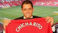 """Новата придобивка на Манчестър Юнайтед Хавиер Ернандес позира с новата си фланелка, на която е изписан прякорът му Чичарито (""""Грахчето"""")"""