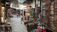 Босна и Херцеговина е място, на което можете да отпиете плодова ракия в унищожения някога от войната град Сараево