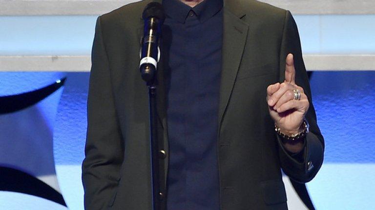 """Елън Дедженеръс  Елън Дедженеръс е първата жена комик, излязла по националната телевизия в САЩ и първата, която е поканена в популярното предаване """"The Tonight Show"""" с Джони Карсън през 1986 г.   През 1997 г. Елън още веднъж създава история с едноименния си сериал. В една от сцените, докато е в чакалня на летище, тя случайно се навежда близо до включен микрофон и съобщава на всички, че е лесбийка. Така героинята на Елън се превръща в първия главен герой в сериал, който открито заявява своята хомосексуалност.  Днес има собствено ток шоу - """"Шоуто на Елън Дедженеръс"""" и живее с актрисата Порша де Роси."""