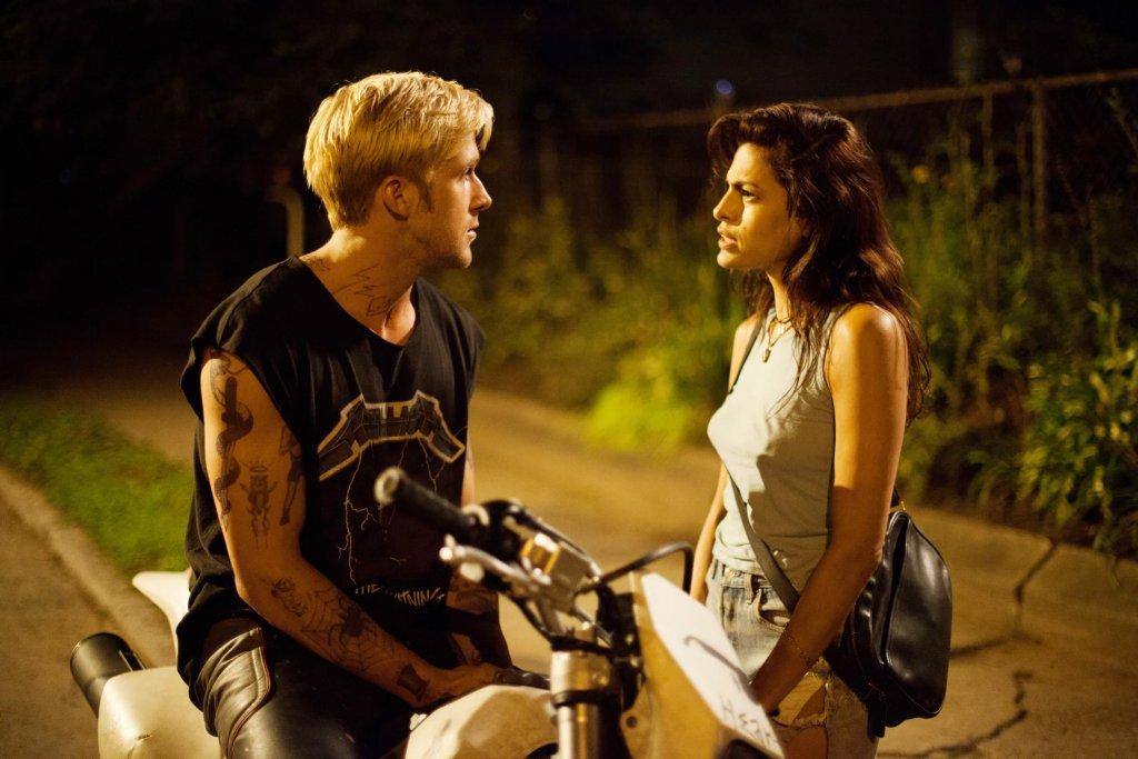 """Снимачната площадка на криминалната драма """"Мястото отвъд дърветата"""" е мястото, на което тази звездна двойка се запознава. Докато химията на героите им Люк и Ромина се оформя на екрана, двамата решават да я пренесат и в живота. Самата роля на Мендес тук е силна - тя играе бившата приятелка на героя на Гослинг, която на пръв поглед е продължила напред с друг и дори очаква дете, но тайните от миналото няма как да не излязат на яве. Спокойно можем да кажем, че с тази си роля актрисата не пада въобще по-долу от известния си партньор. А ако не друго, """"Мястото отвъд дърветата"""" е причината сега двамата да са женени и да отглеждат заедно двете си дъщери."""