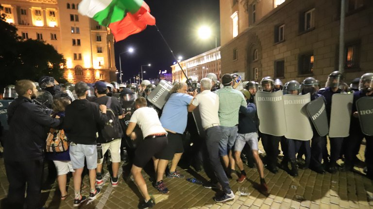 СДВР: 126 задържани след протестите вчера, над 80 пострадали полицаи