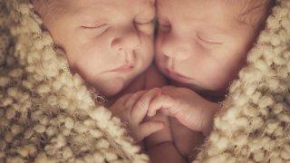 Как е с близнаци