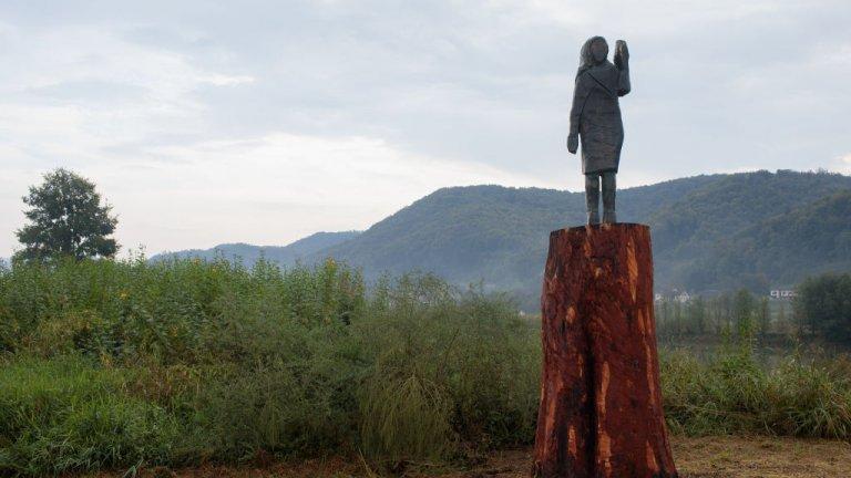Бронзова статуя на Мелания Тръмп замени изгорената през юли дървена скулптурана американската първа дама в Словения.