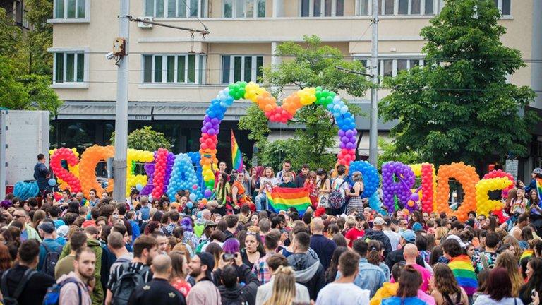 """Парадът на ЛГБТ хората у нас и обичайният контрапарад в подкрепа на """"традиционните ценности"""""""
