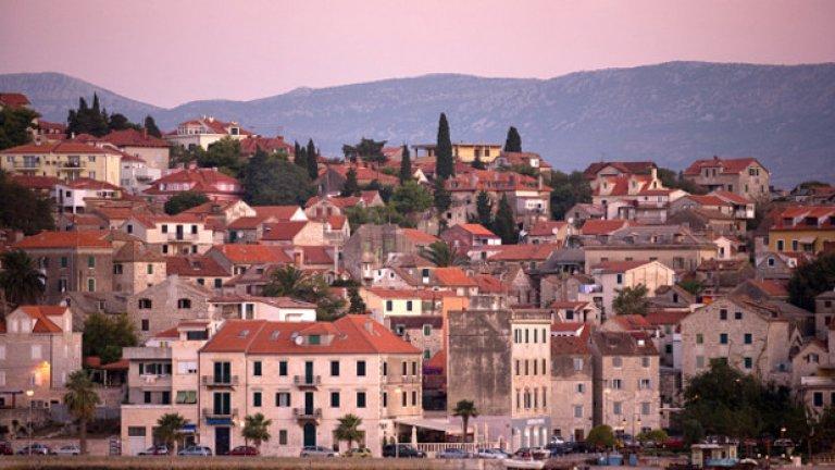 """Сплит, Хърватия, е най-важният център в Далмация. Разположен е на брега на Адриатическо море и съчетава всичко, необходимо за прекрасна почивка - природа, култура, забавления и шопинг. В Сплит се намира дворецът на семейство Мещрович, днес превърнат в """"Галерия-музей Иван Мещрович"""", на името на известния скулптор."""