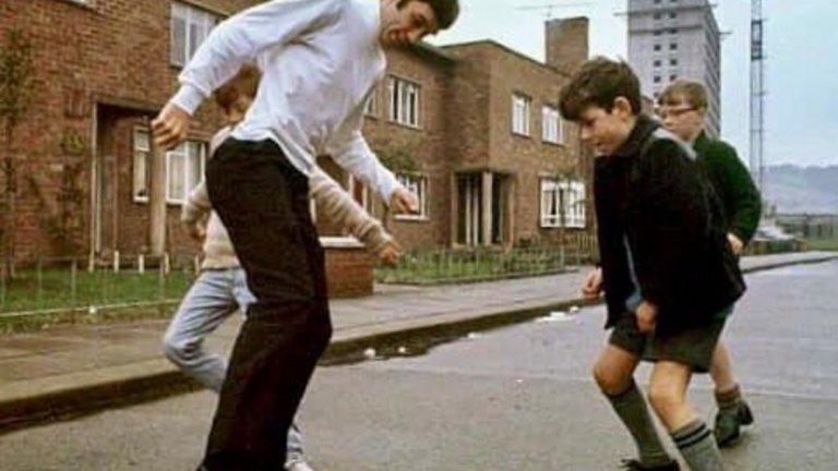 Джордж Бест разцъква с момчета от махалата в Белфаст.