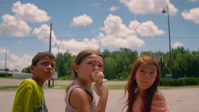 """""""Проектът """"Флорида"""" (The Florida Project)Жанр:комедия, драма Година:2017Инди филмът на Шон Бейкър беше основен акцент на София филм фест през 2017, след като вече беше спечелил награда """"Изборът на критиците"""". Причината е умелият начин, по който Бейкър успява да покаже бедността на американците в задния двор на Дисниленд, където в крайпътен мотел една млада майка се опитва да отглежда своята 6-годишна дъщеря.  И ако звучи драматично – да, такова е. Но най-голямото качество на филма е, че вместо да задълбае в човешката трагедия, гледа на света през детски очи и припомня на порасналите чувството проблемите все още да изглеждат също така малки и далечни."""