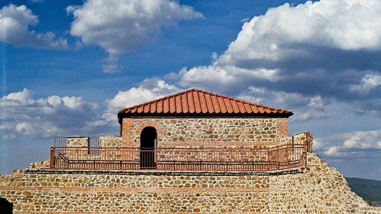 """Цари Мали Град, с. Белчин – 5.6 милиона лева    Може би най-високото проявление на актуалното течение """"До зъбер и керемида"""", предизвикало основателната завист на перничани предвид почти еднаквата сума на проекта за """"реставрация"""", спечелен от """"Главболгарстрой"""".    В случая това означава цялостно изграждане до 5 метра височина на крепостни стени със защитен вал и кули, на храмов комплекс, атракцион с въжен лифт и т.н – всичко това под вещото ръководство на македонският професор Трайче Нацев.   Божидар Димитров размахва Цари Мали Град като доказателство колко хубаво и рентабилно е да си строим крепостите отново – 600 000 посетители за няколко месеца от откриването му."""