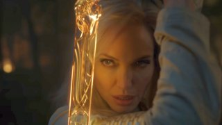 """Eternals (5 ноември 2022 г.)  И Анджелина Джоли вече е комиксов герой във филм на Marvel. """"Вечните"""" ще ни представи даже цял отбор от нови лица във филмовата вселена на Marvel, които сериозно ще обогатят митологията на този филмов свят.  В комиксовия оригинал Вечните (Eternals) са хуманоиди с необикновени сили. Създадени са от Небесните - гигантски същества, които са първата форма на живот във Вселената. Небесните са оставили Вечните на Земята като нейни пазители от друг експеримент - т.нар. Отклонения. Няколко хилядолетия Вечните са живеели сред нас тайно, но след събитията от """"Отмъстителите: Краят"""" се налага отново да се обединят.   Отвъд Джоли, която ще играе боецът Тина, актьорският състав включва Ричард Мадън (Game of Thrones, """"Бодигард"""") като летящия Икарис, Салма Хайек като Аяк, Бари Когън (The Killing of a Sacred Deer) като водения от личните си цели Друиг. Джема Чан (Crazy Rich Asians) ще играе ролята на Серси, която според създателите на филма ще има ключова роля.  Доста имена, при това много непознати, нали? Да, """"Вечните"""" ще има тежката задача да запознае зрителите с цял пантеон от нови персонажи, а всичко това ще е под режисурата на носителката на """"Оскар"""" Клои Жао (""""Земя на номади"""").  И все пак, ако трябва да сме коректни, това не е първата поява на Джоли в адаптация на комикс. Филмът Wanted от 2009 г. всъщност е частично базиран на лимитирана комиксова поредица от Марк Милар (Kick-Ass, Kingsman)."""