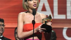 """Очаквано, Тейлър Суифт беше голямата победителка на тазгодишните награди """"Грами"""". Тя взе статуетка за най-добър албум за """"1989"""" от 2014-та"""