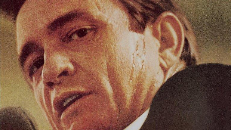 """Джони Кеш – At Folsom Prison (1968)  Един от най-прочутите концерти въобще в музиката е бил организиран при кризисни обстоятелства за кънтри легендата.  В онзи период Кеш се борел със своята наркозависимост и кариерата му отивала в задънена улица. Нуждаел се от нещо невероятно, за да я съживи. И то дошло под формата на специален концерт за обитателите на затвора """"Фолсъм"""", Калифония, който бил записан и издаден, за да стане емблема на целия музикален път на Джони Кеш. Събитието и албумът преобърнали кариерата му, а оттам нататък лайв албумите от затвори се превърнали в една от запазените му марки."""