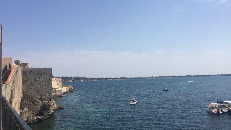 Сиракуза почти няма плажове, но има море и яхти, в които си стоиш и пиеш до забрава, а стане ли ти топло - водата е синя и приятна още през май.