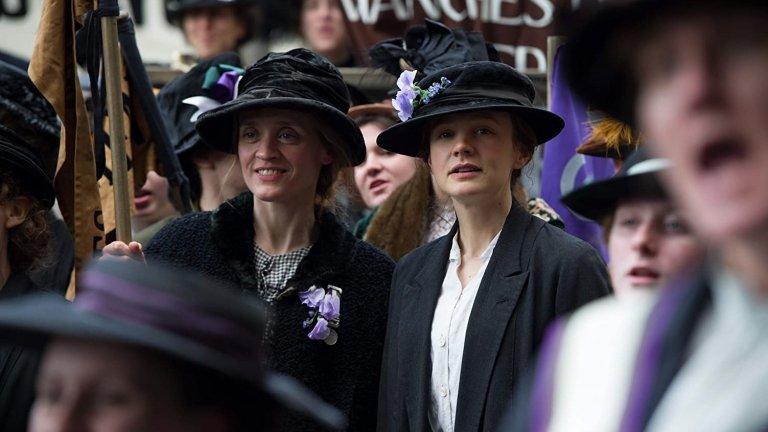 """""""Суфражетка"""" Филмът пренася зрителите във Великобритания през 1912 г., когато се зараждат запомнящите се събития от движението на суфражетките. Тяхното дело е насочено към това да бъде позволено на жените да гласуват, принудени да водят почти партизанска война с установените консервативни правила в страната. Движения за правата на жените съществуват много преди историческите събития във филма, който не цели да покаже мъжете в лоша светлина, а по-скоро да извади на показ какви са последствията от липсата на правата на жените."""