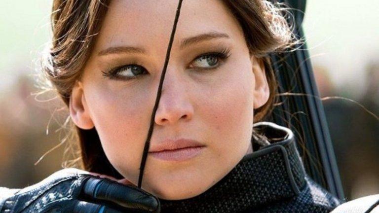 """The Hunger Games: Mockingjay 2   Чакай малко, не споменахме ли вече """"Игрите на глада""""? Да, Дженифър се прочу с първата част на поредицата, но последната е далеч по-драматична, сложна, заплетена и изисква много повече актьорски талант, за да изглежда убедителна. Това е кулминацията на жестоката борба – както с тиранията, така и в личностен план.   Във """"Възпламеняване"""" и първата от двете екранизации по """"Сойка присмехулка"""" действието изглеждаше малко претупано, но тук Лорънс показва пълния си потенциал. Обърканата тийнейджърка вече я няма, на нейно място е безпощаден и пресметлив боец. Сцените на насилие се редуват с такива, които показват вътрешните противоречия, които тормозят Катнис Евърдийн. По тази причина Mockingjay 2 и участието на Дженифър си заслужават отделно внимание."""
