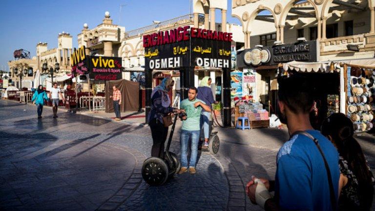 Египет може да загуби 70% от туриситческия си поток заради страх от терористични атаки, след като стана ясно, че причината за разбиването на руския самолет A321 вероятно е взрив.  Снимка: последни туристи в Шарм ел Шейх, Египет, 5 ноември - денят, в който Великобритания прекарати изцяло полетите към страната