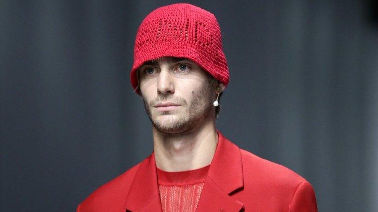 Господата също често избягват да носят шапка или ако го правят, то залагат на цвят, който да отива на всичко в гардероба им. Е, ако сте решили да промените нещо, може би е време за нова шапка. Вероятно не толкова смела като на снимката, но трябва да знаете, че трендът за зимата е шапка в цвета на връхната дреха.