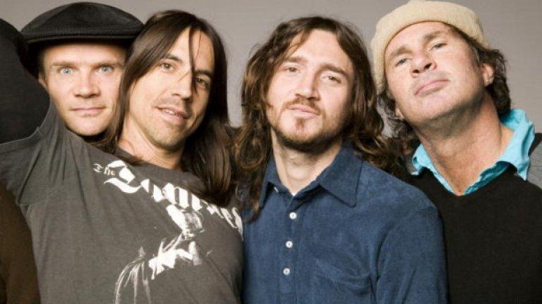 Red Hot Chili Peppers  За предстоящия албум на калифорнийските фурии все още знаем само едно нещо, но то ни стига, за да подскочим до небето – китаристът Джон Фрушанте се завърна в групата и останалите трима вече работят с него по нови песни. Фрушанте напусна Red Hot за втори път през 2009 г. и бандата продължи без него, но той представлява твърде голяма част от това, което прави рок фънкарите неустоими за няколко поколения меломани.  Първите три концерта на бандата в новия-стар състав ще бъдат през май, но по думите на барабаниста Чад Смит засега четиримата ще се съсредоточат повече върху записи, отколкото върху концерти. А само се замислете, че другите два албума, които Фрушанте е записал с групата веднага след като е станал част от нея или след като се е завърнал, са Mother's Milk и Californication.