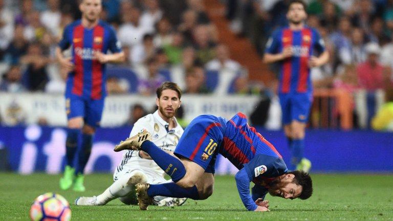 2. Страничните рефери засенчиха съдийските бригади в Шампионската лига На няколко пъти играчите на Реал Мадрид бяха видимо зад отбраната на Барселона, и то по няколко човека едновременно. Лайнсмените обаче не вдигнаха флаговете си и за тяхно щастие от тези ситуации не се стигна за гол. Феновете на двата тима имаха претенции и към главния съдия – Алехандро Хосе Ернандес Ернандес – за неотсъдена дузпа срещу Кристиано още в началото, за лакътя на Марсело, който разкървави Меси, за червения картон на Серхио Рамос. А, бе, истинско Ел класико. За съжаление, отново трябва да говорим и за съдията. Не са малко и топ анализаторите, които започват да се съмняват, че постоянните фрапантни грешки в последно време са нарочни в опит УЕФА и ФИФА възможно по-бързо да въведе видео повторенията. Дано не е така и просто над съдийските бригади да тегне краткотрайно проклятие.