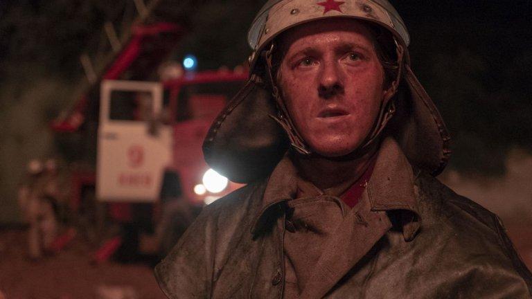 """""""Чернобил"""" (Chernobyl)  Изненадващият хит на HBO дълго ще продължава да попада в списъците за най-добри минисериали. В рамките на само 5 епизода сценаристът Крейг Мазин през очите на няколко персонажи разказва за един от най-страшните инциденти в съвременната човешка история - аварията в чернобилската атомна електроцентрала. """"Чернобил"""" показва аварията, политическата реакция, човешките трагедии... Един от наистина големите му успехи е и това как успява да илюстрира невидимата смъртоносна заплаха, която радиацията представлява. Не просто минисериал, а един ценен урок, който можете да изгледате или да си припомните в HBO GO."""