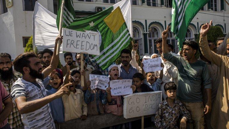 Какво ще се случи след това? Керванът от протестиращите, който според съобщенията се състои от стотици автобуси и микробуси, е на път за Исламабад. Планирани са отделни протести срещу Индия в Пакистан.