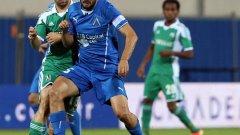 Двама национали, решителни за тимовете си в битките Левски - Лудогорец. Дяков срещу Гаджев в центъра на терена, в момент от мача, спечелен от шампионите с 2:0 в София преди 2 месеца.