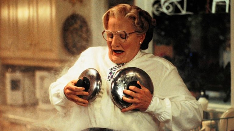 """""""Мисис Даутфайър"""" (Mrs. Doubtfire) Сред най-запомнящите се комедии на Робин Уилямс е класическата """"Мисис Даутфайър"""" от 90-те години. В нея актьорът играе разведен мъж, който се преоблича като възрастна бавачка, за да може да се вижда с децата си. Въпреки че в основата си историята е трогателна, смехът е първокласен. От познатата физическа комедия на Уилямс до брилянтния сценарий."""