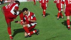 Португалецът Брито лъска обувката на южноафриканеца Мукаси след първия му гол за победата с 3:0 през 2002 г.