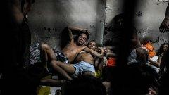 Затворите във Филипините са пълни, след като дилъри и наркозависими се предават на полицията, за да избегнат смърт по улиците на страната