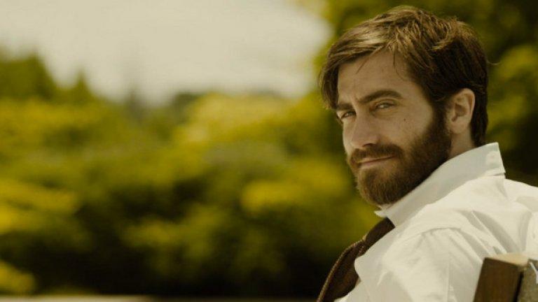 """""""Enemy""""/""""Враг"""" (14 март)  Кафкианският трилър е филмова адаптация по книгата на португалския писател Жозе Самарагу """"Двойникът"""". В него режисьорът Денис Вилньов отново работи с Джейк Гиленхал, с когото заедно вече са създали филма """"Затворници"""". Адам Бел (Джейк Гиленхал) е самотен професор, който наема филм по съвет на свой колега, за да отрие, че един от актьорите в лентата е негово съвършено копие.  Той става обсебен от идеята, прави проучване, после преследва своя двойник, а накрая започва да живее неговия живот.  Постепенно Бел започва да губи връзка с реалността и собствената си идентичност. Филмът на Вильов е труден за интерпретация и предизвика разгорещени дебати. Въпреки  това заглавието не достигна до много хора."""