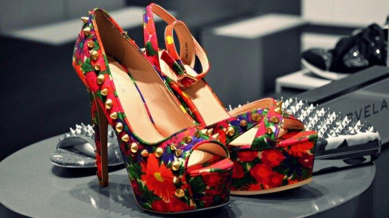 Много цветове и детайли   Не само маратонките са цветни - цветни са и обувките и сандалите за ежедневието. Но освен това те са и с много детайли - връзки, пера, камъни, каишки, синджири, бродерии, капси и каквото още се сетите, че може да украсява една обувка. Този избор е подходящ и за по-екстравагантни натури, които не се свенят да експериментират с комбинациите.    А след този кратък преглед на тенденциите в обувките, преди да купите нови, проверете дали не сте затворили в някои шкаф нещо, което това лято да се окаже особено актуално.