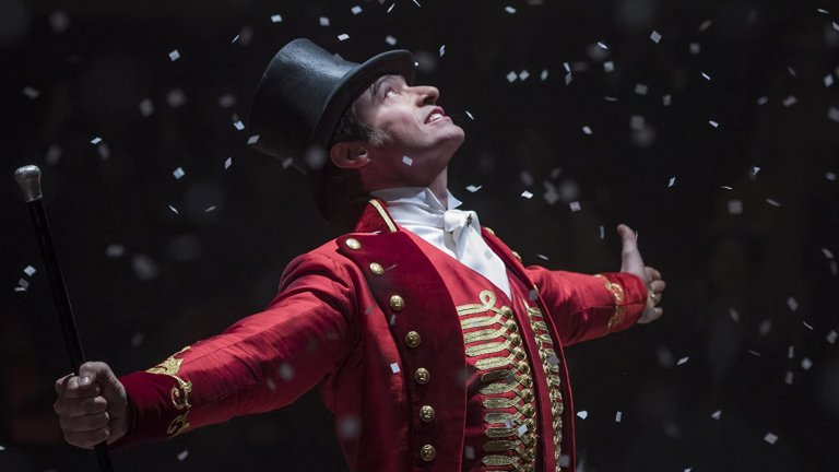 """Хю Джакман   Разбрахме, че пее наистина забележително още в """"Клетниците"""", но в """"Най-великият шоумен"""" направо ни изуми - Джакман изпълнява лично всички песни от колоритния филм."""