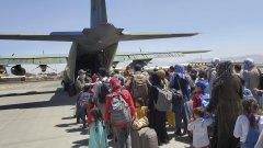 Над 122 хил. души са били евакуирани от страната, след като талибаните превзеха страната