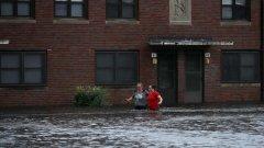 Силата на урагана постепенно отслабва до тропическа буря