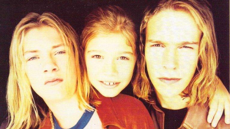 """9. Hanson - MMMBop (1997)  Тримата руси братя от Оклахома започнаха кариерата си с летящ старт с този вечен хит, въвел нова ера в поп музиката и павирал пътя за групи като 'N Sync и Backstreet Boys. Еуфоричният припев не бива да ви подвежда – това си остава песен за улавяне на ценните моменти, докато човек все още е способен да го направи, преди да """"остарее и да му окапе косата"""" (по-бавната оригинална версия на песента подчертава това по-силно)."""