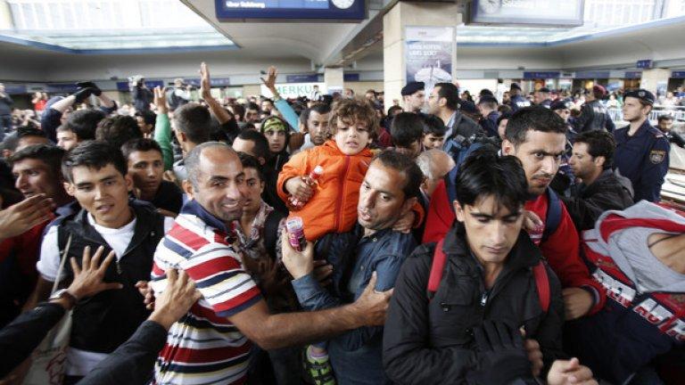 Броят на мигрантите в Европа е невиждан, заяви шефът на Европол Роб Уейнрайт след разговор с колегата си от Интерпол