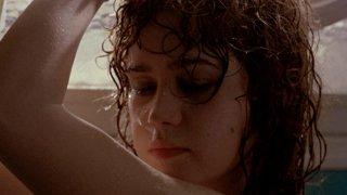 """Мария Шнайдер и """"Последно танго в Париж""""  Във филма на Бернардо Бертолучи от 1972 г. актрисата има няколко голи сцени, като на екран е показан секс с по-възрастен мъж. Да, но Шнайдер разбира, че такава сцена ще присъства във филма едва в деня на снимките, тъй като до този момент сцената не е присъствала в сценария.  Шнайдер по-късно разказва, че е плакала с истински сълзи по време на снимките, чувствала се е унизена и """"изнасилена"""" както от Бертолучи, така и от партньора си на екран Марлон Брандо, който по думите ѝ не се е извинил след това.   Преживяното води Шнайдер до депресия, зависимости и опити за самоубийство. В крайна сметка започва да се бори за правата на жените във филмите. Самият Бертолучи е осъден на 4 години условно заради сцената."""