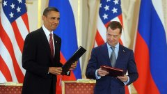 Барак Обама и Дмитрий Медведев са доволни от това, че намалиха ядрената заплаха през следващите 10 г.