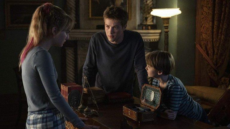 Locke and Key (Netflix)    Драма, фентъзи и ужас - това са трите жанра, които се преплитат в сериала, базиран на графичните романи на Джо Хил и Габриел Родригес. Двама братя и сестра, изиграни от Конър Джесуп, Джаксън Робърт Скот и Емилия Джоунс, се преместват в имотите на предците си след убийството на баща си и откриват мистериозни ключове. Дали са свързани със смъртта на баща им и какво отключват е основната загадка в сериала, чиято премиера ще видим на 7 февруари по Netflix.
