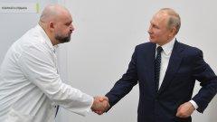 """Руският президент разговаря с д-р Денис Проценко по време на посещението си на 24 март в болница """"Комунарка"""" в Москва, където се лекуват пациенти с коронавирус."""