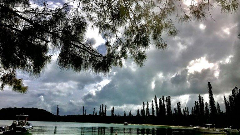 """Нова Каледония    В края на 2018 г., когато жителите на островната група гласуваха дали да останат част от Франция, в търсенията на Google по целия свят зачести въпросът """"Къде е Нова Каледония?"""". Групата от четири архипелага е на около половината път между Фиджи и крайбрежието на Куинсланд, Австралия, на юг от Соломоновите острови.     С искрящо розови залези и плажове с бял пясък, това сравнително нетуристическо място (едно от най-малко посещаваните в света) е идеално отдалечена дестинация. Почти всички пътешественици тръгват от столицата Нумеа. Впечатляващото местоположение на лагуната съчетава сградите на френското колониално наследство с цветовете на морето и небето.      Със само 100 000 жители е лесно да се живее там - можете да останете в градски пансион, да се гмуркате с шнорхел, да плувате или сърфирате с кайт, и накрая да се насладите на прясна риба и Бургундско вино."""