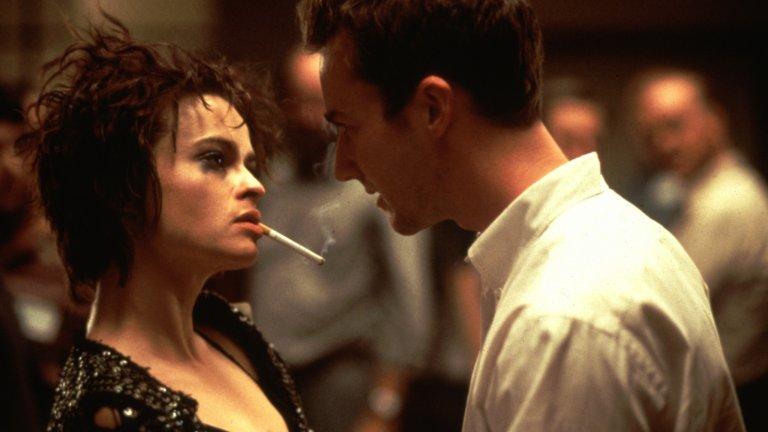 """""""Боен клуб"""" Първото правило на """"Боен клуб"""" е... никога не печели награди. Така може да се перифразира популярната фраза от шедьовъра на Дейвид Финчър: един филм-икона, невъзможен днес в света на отричане на насилието. Твърде кървава и твърде мрачна, сатирата по романа на Чък Паланюк, не стига до Оскарите. Академията я удостоява единствено с номинация за най-добър звуков микс."""
