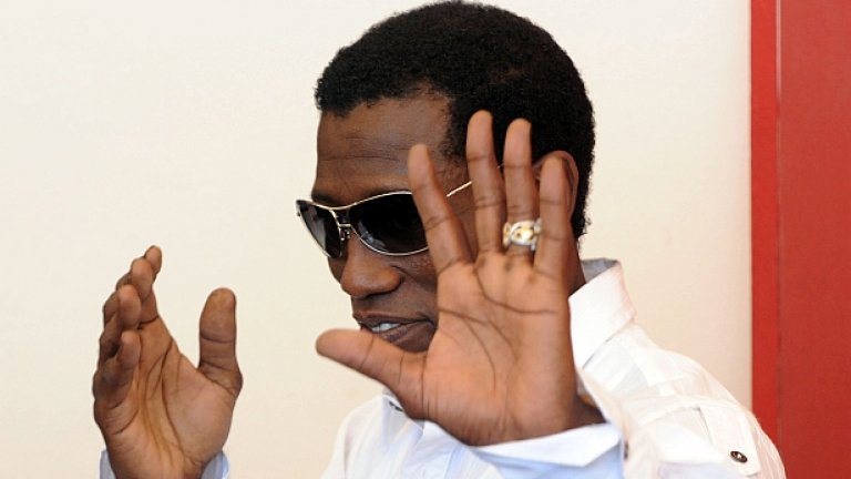 """Уесли Снайпс     Преди десетина години Уесли Снайпс беше един от най-популярните чернокожи актьори в Холивуд, заедно с Еди Мърфи. Въпреки успешната му кариера, най-вече трилогията за комиксовия герой Блейд, Снайпс обяви фалит през 2006-та година.    След това беше разследван за финансови измами и укриване на данъци в продължение на 6 години. Прокуратурата доказа вината му и той излежа три години в затвора. Откакто излезе на свобода през 2013-та година, Снайпс се опитва да съживи своята кариера и взе участие в """"Непобедимите 3""""."""